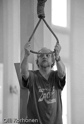 Ohjaaja Harri Helin pujottaa köyden kaulaansa.
