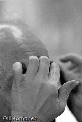 Pääsiäisnäytelmän maskeeraajan taitavat kädet