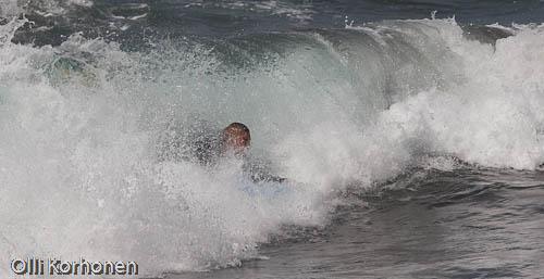 Kuva: surffaaja, lainelautailija aallon sisällä, tyrskyissä, aalta, Kreeta
