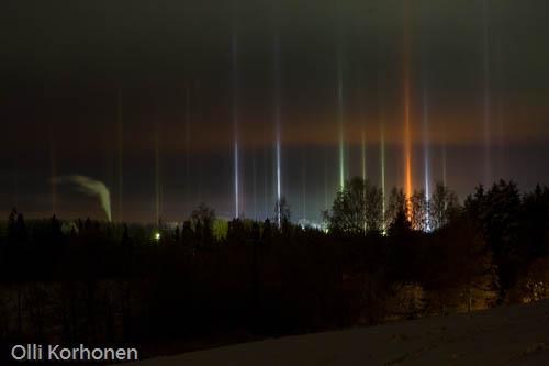Kuva: teollisuusalueen luomat halot pimeällä iltataivaalla. halo, haloilmiö, effect, nature photography
