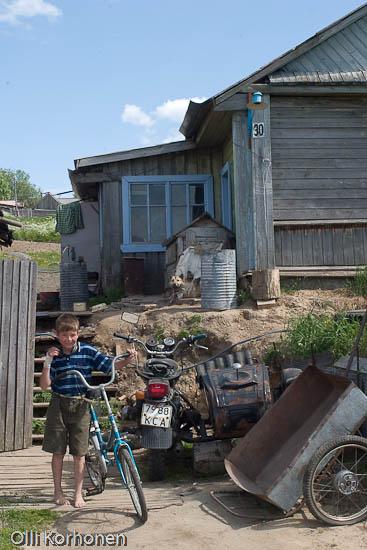 Poika, polkupyörä, Ural-moottoripyörä, Rukajärvi
