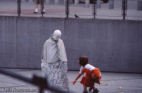 Photo, human statue, centre pompidou