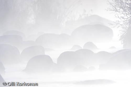 Kuva: Jokimaisema pakkashuurujen keskellä vastavaloon kuvattuna..