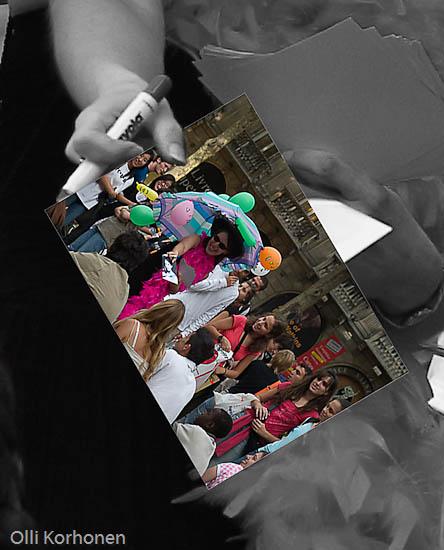 Kuva: Osasuurennos kuvasta morsiamen kädessä.