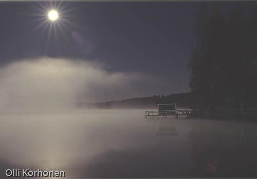Kuva: Täysikuu sumuisen lähden yllä.