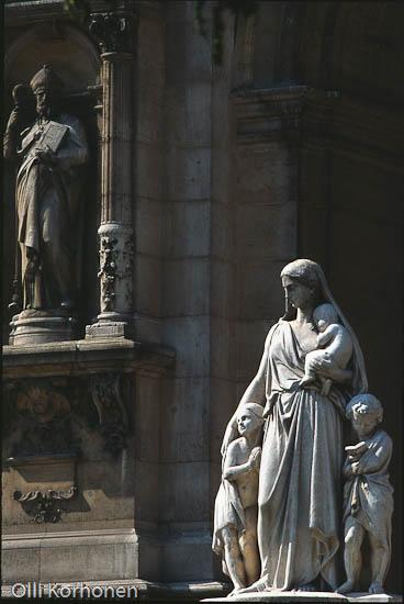 Kuva: Äiti ja lapset -patsas, Montmartren hautausmaa.