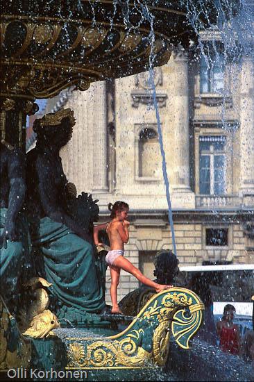 Pariisi, Concorde-aukio, tyttö ja suihkulähde.