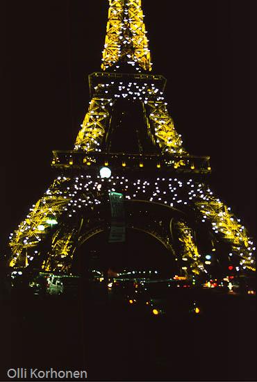 Pariisi, Eiffel -torni yövalaistuksessa.