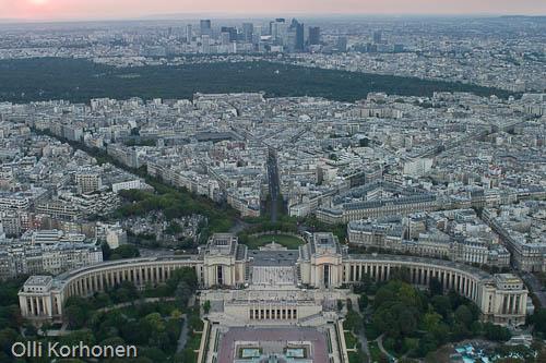 Pariisi, Trocadero ja Palais de Chaillot Eiffel-tornista nähtyinä. Lintuperspektiivi.