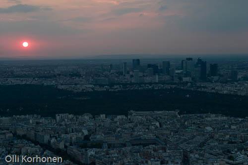 Pariisi, La Défense'n alue Eiffel-tornista nähtynä auringonlaskun aikaan.