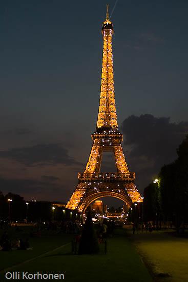 Pariisi, Eiffel -torni iltavalaistuksessa auringonlaskun aikaan.