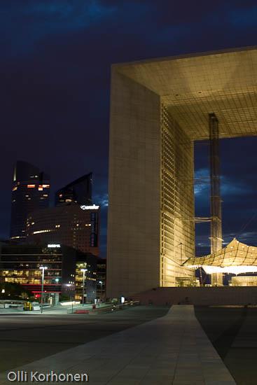 La Grande Arche de La Défense, Uusi riemukaari yövalaistuksessa. Pariisi.