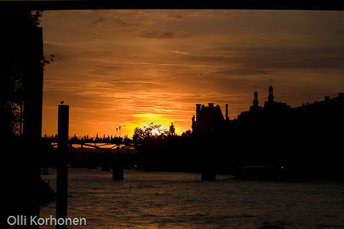 Pariisi, aurinko laskee Seine -joella.