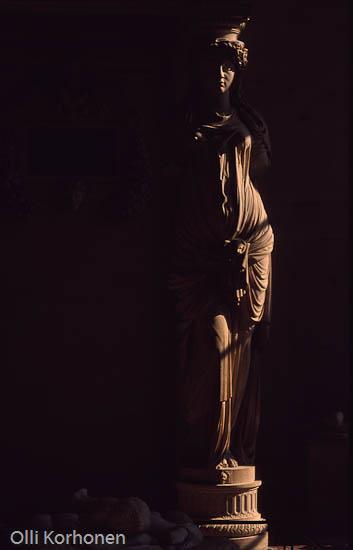 Pariisi, Louvre, Patsas pimeässä huonessa.