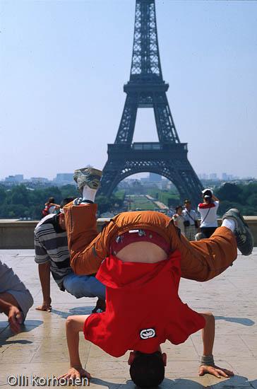 Päälläseisonta, performanssi Pariisin Trocadero-aukiolla.