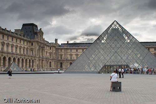 Louvren museon piha ja lasipyramidi.