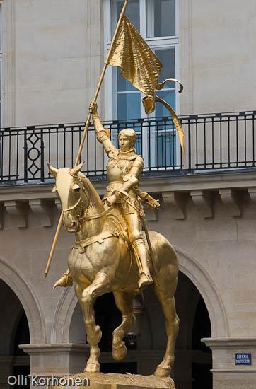 Orleans'in neitsyen, Jeanne d'Arcin patsas Pariisissa.