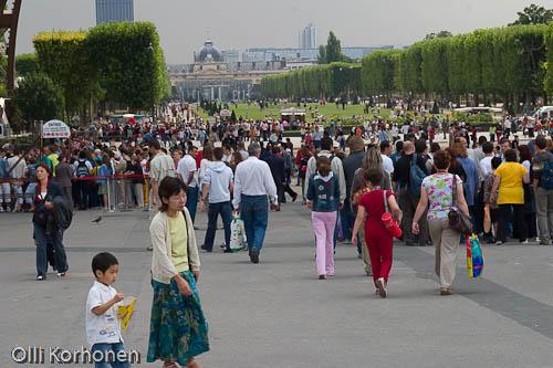 Ihmispaljoutta Eiffel-tornin juurella.