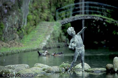 Kuva: Suhkulähteen Poika-patsas Funchalin itämaisessa puutarhassa Madeiralla.