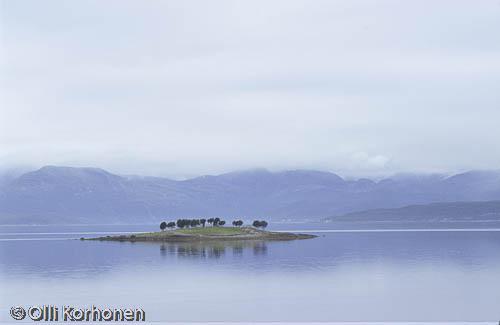 Kuva: Pohjois-Norja, vuonon sininen utujen saari.