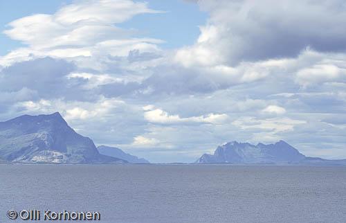 Kuva: Pohjois-Norja, Sininen merimaisema vuorineen.