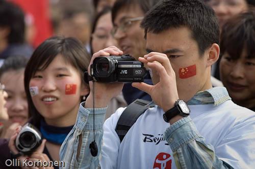 Kuvaaja kuvassa, Tukholma 2008, mielenosoitus Pekingin olympialaisten puolesta.