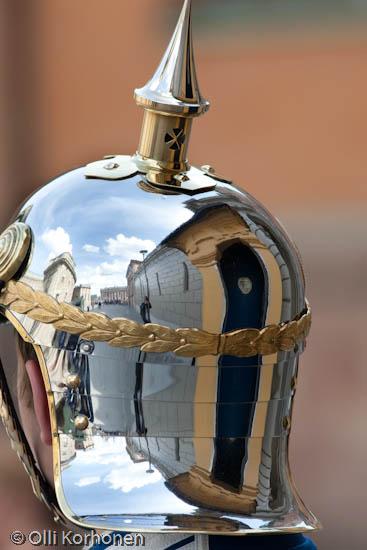 Kuva: Heijastuksia Tukholman kuninkaanlinnan vartiomiehen kypärässä.