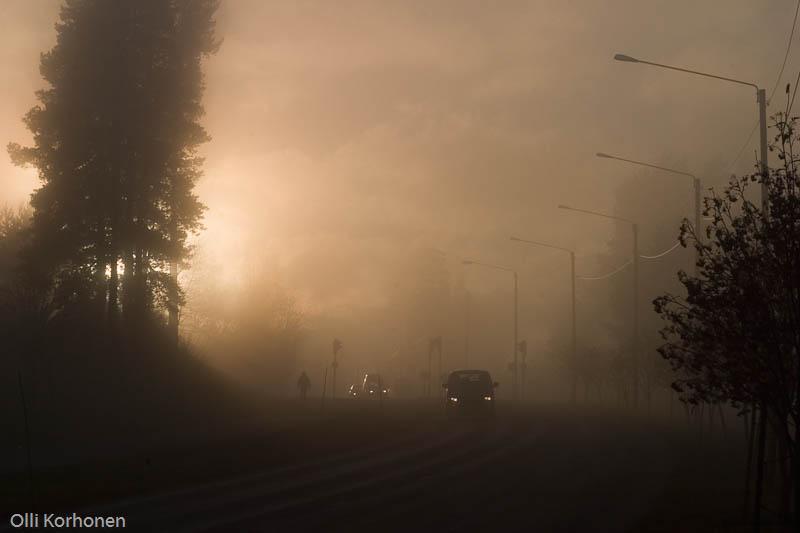Auringon lasku sumuisessa kaupungissa