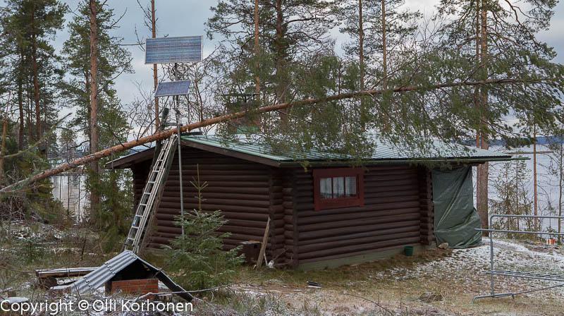 Eino-myrskyn kesämökin katolle kaatama puu. Konnevesi Istunmäki.