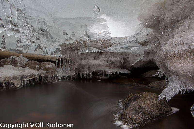 Kourujoen suurin jääluola, jossa kaksi salia.