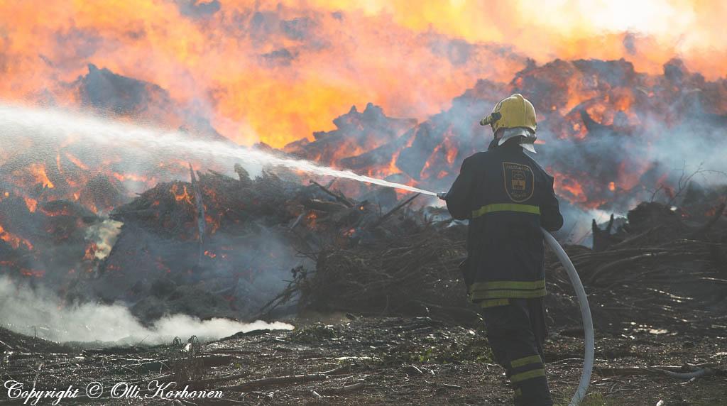 Palokunta yrittää rajoittaa suurta maastopaloa