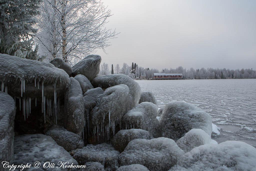 Aaltojen kastelemia jäätyneitä kiviä.