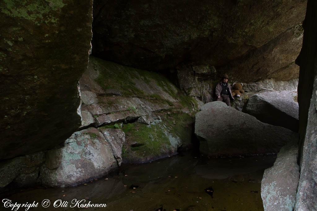 Suonenjoen lohkarealueen suuri lippaluola, jossa on syvä vesiallas.