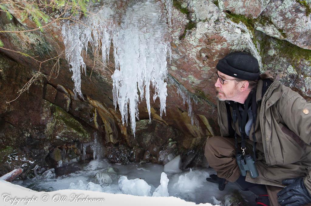 """Kalliolipan lattialle oli muodostunut muutma ylöspäin kohoava jäämuodostuma, """"stalagmiitti""""."""