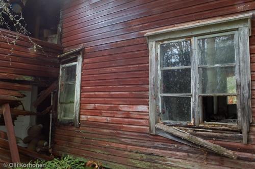 Hylätty Nalle, autio punainen talo.