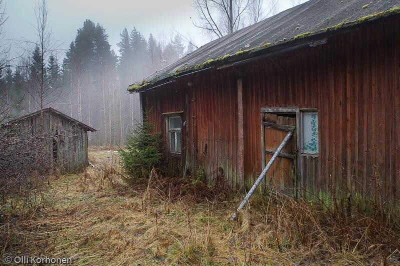 Hylätyn Nallen autio punainen talo.