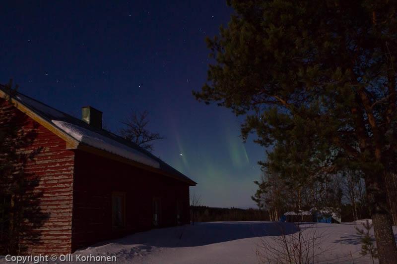Revontulet aution talon yläpuolella, Suonenjoki.