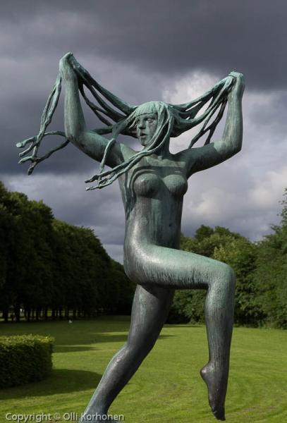 Tanssiva nainen, patsas Vigelandin puistossa.