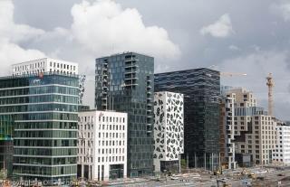Oopperatalo, Oslo. Näkymä kohti keskustan moderneja tornitaloja.