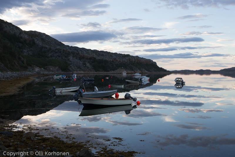 Ilta vuonolla. Lakselv, Porsanginvuono, Norja.