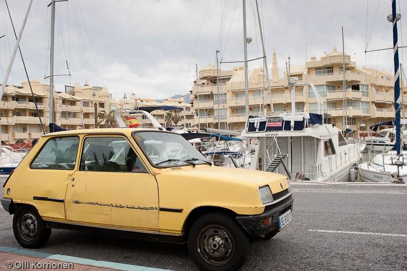 Auton romu huvipursisatamassa Espanjan Benalmadenassa