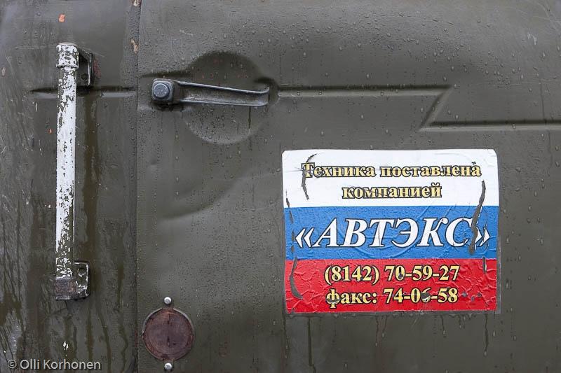 Venajän lippu kuorma-auton ovessa, Rukajärvi 2011