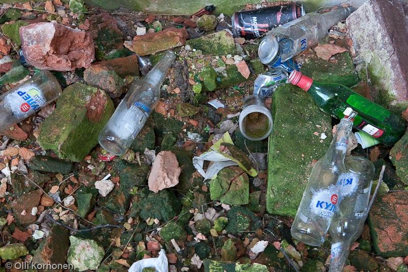 Salmin kirkko, kävijöiden jättämien roskien kasa.