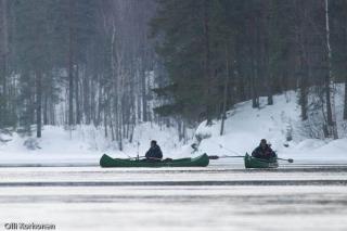 Kalastajia talvella Konnekoskessa.