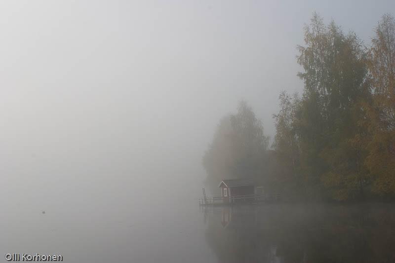 Sumu laskeutuu järvelle.