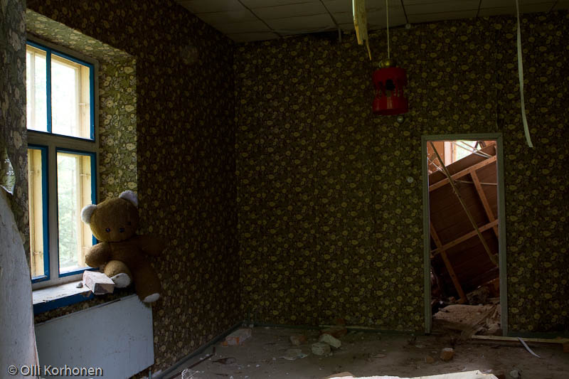 abandoned-teddy-bear-2012-6346-size-4763-x-3176