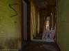 Hylätty Nalle suuren autiotalon kauniissa keltaisessa käytävässä