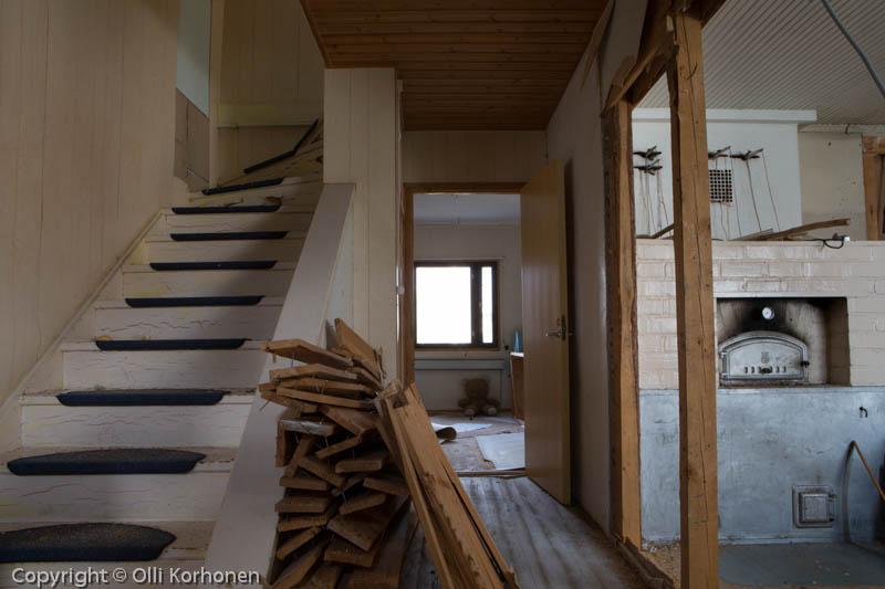 Hylätty Nalle ja  aution talon avoin portaikko.