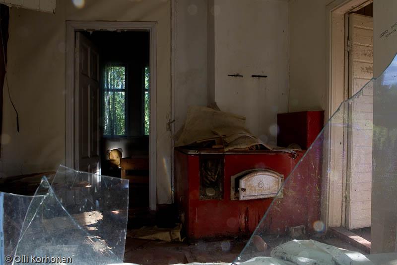 Hylätty Nalle venäläisessä talossa: keittiö ja makuuhuone.