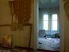 Hylätty Nalle venäläisessä talossa: makuuhuone ja olohuone.